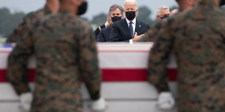 به روز رسانی در مورد افغانستان: جو بایدن رئیس جمهور آمریکا از 13 سرباز آمریکایی کشته شده در انفجار فرودگاه کابل در پایگاه هوایی دوور تجلیل کرد.