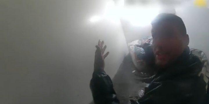 فیلم دوربین NYPD نشان می دهد که پلیس وارد یک ساختمان آپارتمانی سیل زده می شود که در آن یک کودک کوچک و والدین کشته شده اند
